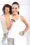 Kvinna på köp som betalas av kreditkorten Arkivfoton