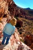 Kvinna på klippan Arkivbild