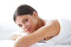 Kvinna på massagetabellen royaltyfri foto