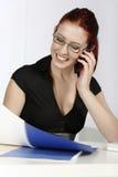 Kvinna på mobil på arbete Royaltyfri Foto