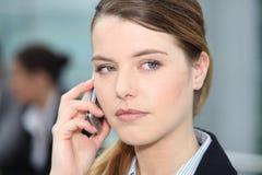 Kvinna på mobiltelefon Fotografering för Bildbyråer