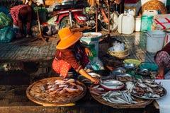 Kvinna på morgonmarknaden, Vietnam royaltyfri bild