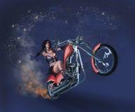 Kvinna på motorcykeln Royaltyfria Bilder