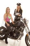 Kvinna på motorcykeln som får en biljett. arkivbilder