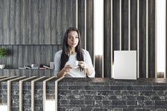 Kvinna på mottagandet som dricker kaffe Royaltyfria Bilder