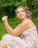 Kvinna på naturen med blommor i hennes hår Arkivfoton