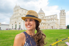 Kvinna på piazzadeimiracolien, pisa, tuscany, Italien Royaltyfri Fotografi