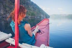 Kvinna på pilbågen av det lilla fartyget Arkivbild