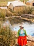 Kvinna på pir i Reed Islands på sjön Titicaca, 6/13/13 Royaltyfria Foton