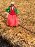 Kvinna på pir i Reed Islands på sjön Titicaca, 6/13/13 Fotografering för Bildbyråer