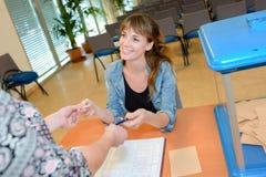 Kvinna på röstningstationen royaltyfri bild