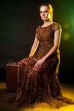 Kvinna på resväskan royaltyfri fotografi