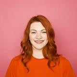 Kvinna på rosa bakgrund Arkivfoton