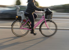 Kvinna på rosa färgcykeln Fotografering för Bildbyråer