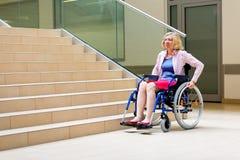 Kvinna på rullstolen och trappa royaltyfria bilder