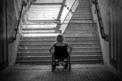 Kvinna på rullstolen och trappa fotografering för bildbyråer