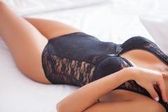 Kvinna på säng Fotografering för Bildbyråer