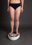 Kvinna på scale fotografering för bildbyråer
