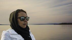 Kvinna på seashoren Arkivfoton