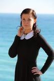 Kvinna på segla utmed kusten Arkivbild