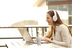 Kvinna på semester som lär eller har en video appell royaltyfri foto