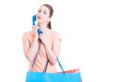 Kvinna på shopping med telefonen som kalla för hjälpconce Arkivfoton