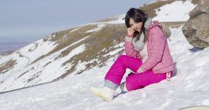 Kvinna på snöig berglutning arkivfilmer