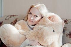 Kvinna på soffan Royaltyfri Foto