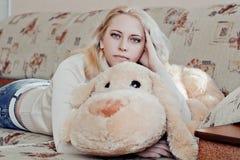 Kvinna på soffan Fotografering för Bildbyråer