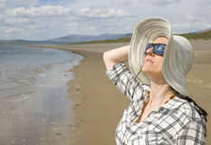 Kvinna på solig strand Royaltyfri Foto