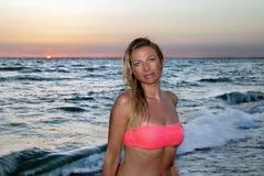 Kvinna på solnedgången Royaltyfri Foto