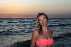 Kvinna på solnedgången Fotografering för Bildbyråer