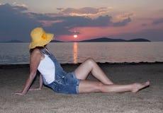 Kvinna på solnedgången arkivbilder
