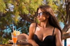 Kvinna på sommarvardagsrummet royaltyfria bilder