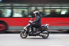 Kvinna på sparkcykeln Royaltyfri Bild