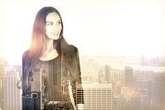Kvinna på stadsbakgrund Arkivfoto