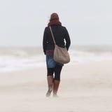 Kvinna på strand Royaltyfri Bild