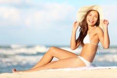 Kvinna på strand som tycker om den lyckliga sunen Royaltyfri Fotografi