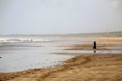 Kvinna på stranden Arkivbilder