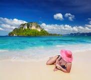 Kvinna på stranden Fotografering för Bildbyråer