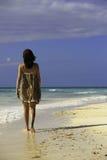 Kvinna på stranden Arkivfoton