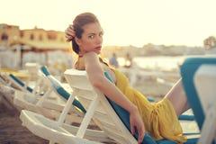 Kvinna på stranden royaltyfri foto