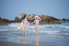 Kvinna på stranden Royaltyfri Bild