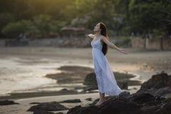 Kvinna på stranden Royaltyfri Fotografi