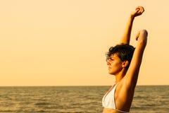 Kvinna på stranden arkivfoto