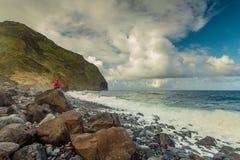Kvinna på stranden på en kall dag fotografering för bildbyråer