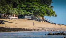 Kvinna på stranden i El Salvador arkivbild