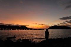 Kvinna på stranden i skymning Arkivbilder