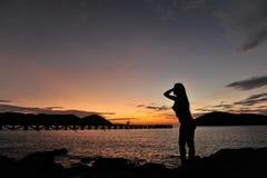 Kvinna på stranden i skymning Royaltyfri Bild