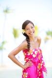 Kvinna på stranden - le lyckligt gladlynt Fotografering för Bildbyråer